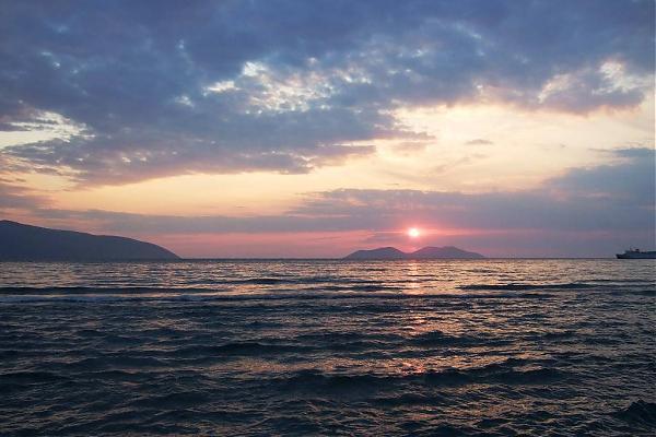 Bota Jone: Perëndimi i diellit në bregdetin shqiptare   title   perendimi i diellit