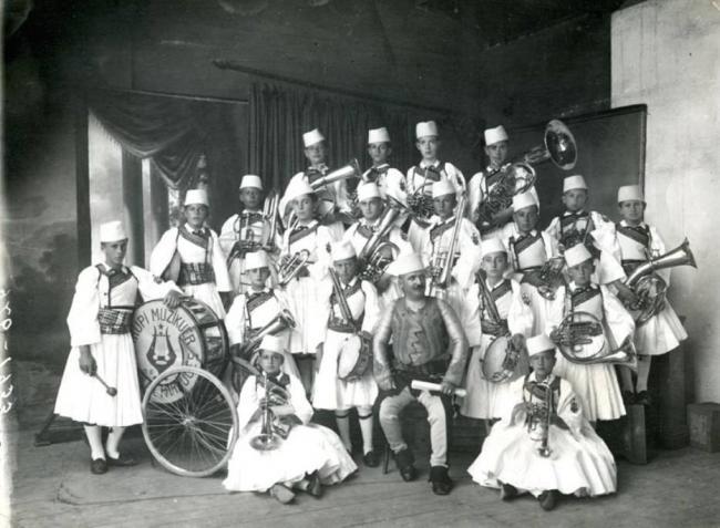 Emri:  1878-Banda muzikore e Shkollës së Parrucës.jpg  Shikime: 1169  Madhësia:  51.4 KB