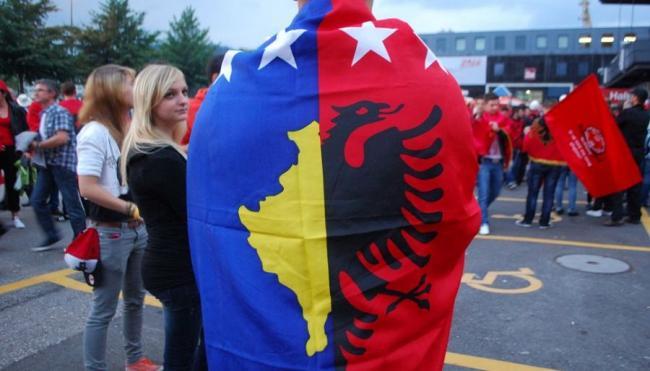 Emri:  Flamuri-i-Kosoves-dhe-Flamuri-i-Shqiperise.jpg  Shikime: 130  Madhësia:  37.6 KB