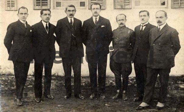 Emri:  ahmet-zogu-me-qeverine-ne-1923.jpg  Shikime: 76  Madhësia:  47.6 KB