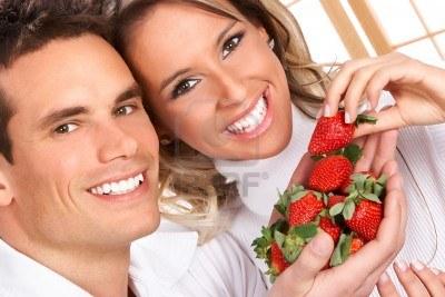 Emri:  3943578-junges-paar-liebe-erdbeeren-essen-in-weiss.jpg  Shikime: 396  Madhësia:  31.0 KB