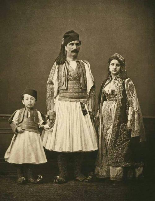 Emri:  Familje Shqiptare.jpg  Shikime: 514  Madhësia:  46.9 KB