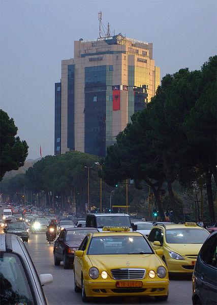 Emri:  427px-Traffico_a_Tirana.jpg  Shikime: 78  Madhësia:  61.6 KB